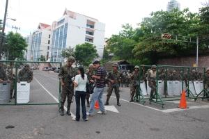 Militares y Periodista junto Casa Presidencial en Tegucigalpa