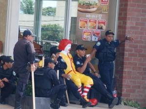 La Policia escolta a Ronald McDonald