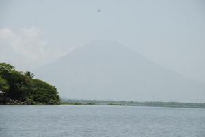 Vista de la Laguna Olomega, al fondo el Volcan San Miguel